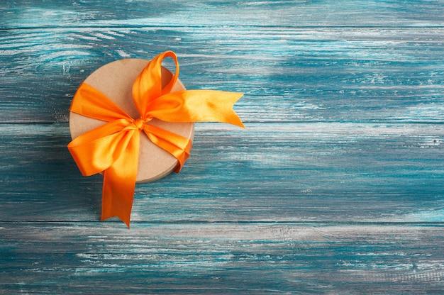 Arco laranja com caixa de presente artesanal