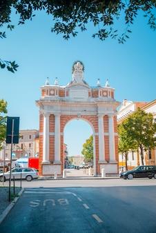 Arco monumental dedicado ao papa clemente xiv em santarcangelo, itália
