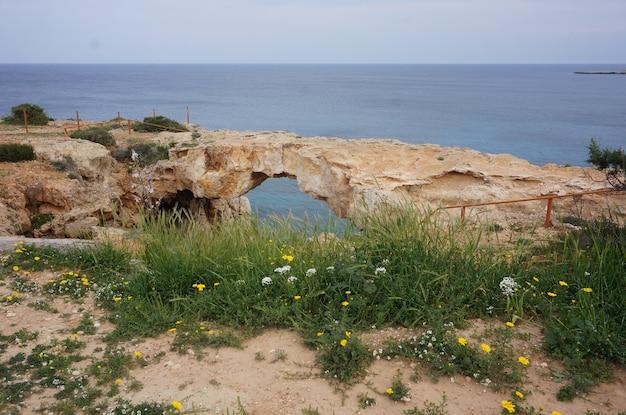 Arco natural na rocha com o oceano