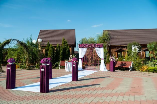 Arco para a cerimônia de casamento, decorado com pano e flores
