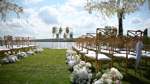 Arco premium para cerimônia de casamento de recém-casados na margem do rio com árvores de glicínias
