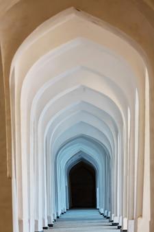 Arcos árabes brancos na mesquita de kolon. bukhara. uzbequistão. ásia central.