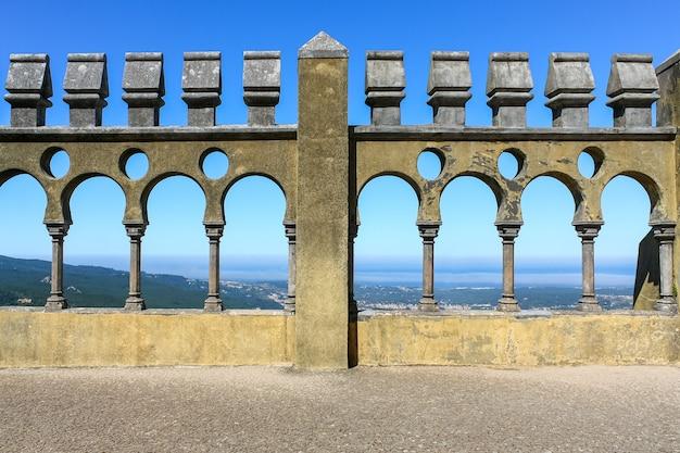 Arcos de pedra em uma linha com vista para a cidade de lisboa, em portugal.