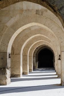 Arcos e colunas no caravansarai de sultanhani na rota da seda, turquia