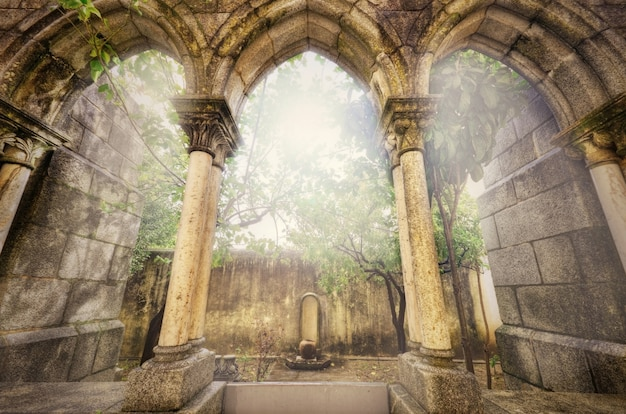 Arcos góticos antigos no myst. paisagem da fantasia em évora, portugal.