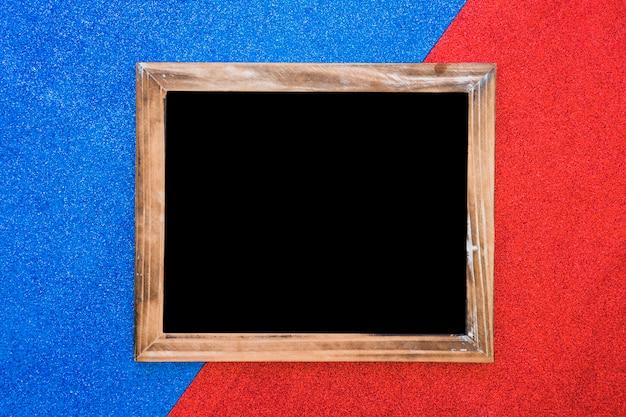 Ardósia em branco de madeira em pano de fundo duplo azul e vermelho