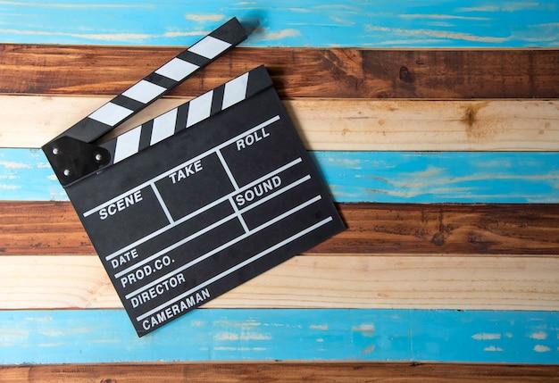 Ardósia para o filme cortado colocado no assoalho de madeira.