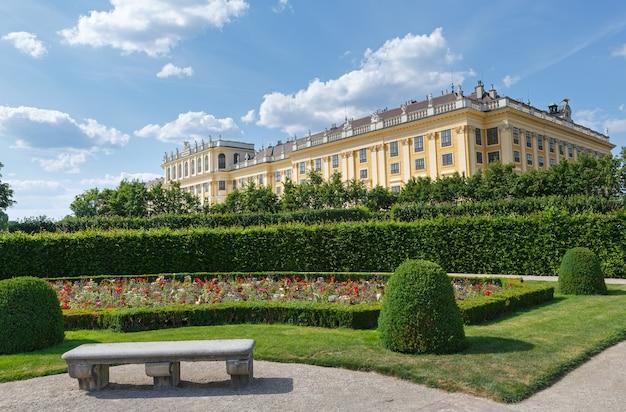 Área antes do palácio schonbrunn (construção do século 16-17) com flores desabrochando no gramado
