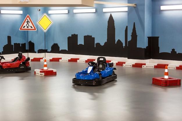 Área coberta de kart para crianças com pequenos karts