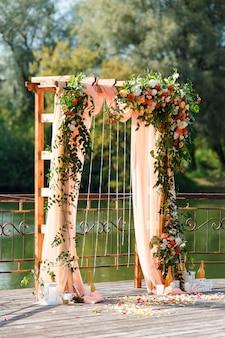 Área da cerimônia de casamento perto do rio no cais