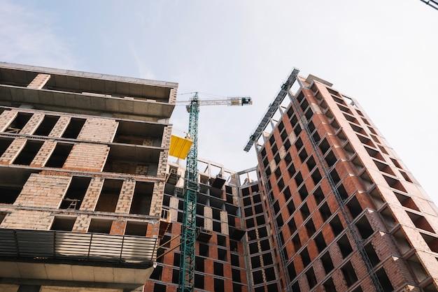 Área de construção com guindaste