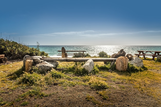 Área de descanso com mesas de piquenique na costa de big sur, califórnia
