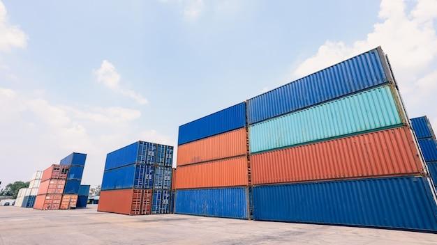 Área de empilhamento de contêineres para transporte de carga visão ampla angular de negócios conceito de transporte de serviço e indústria