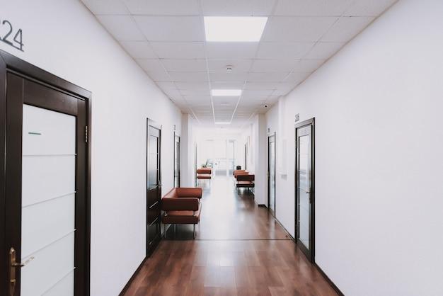Área de espera moderna no corredor do hospital da clínica.