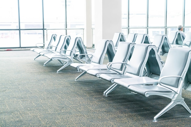 Área de espera vazia do terminal do aeroporto
