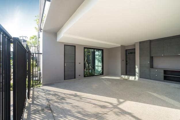 Área de estacionamento de espaço aberto na villa loft