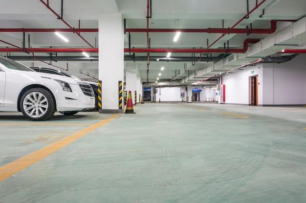 Área de estacionamento subterrâneo vazia