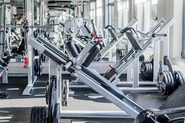 Área de exercícios de força do centro esportivo. foto horizontal