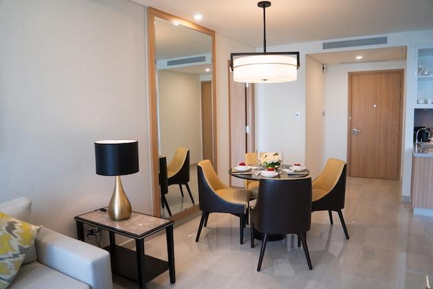 Área de jantar de estúdio confortável ou quarto de hotel.
