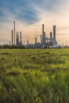 Área de planta de refinaria de petróleo ao nascer do sol