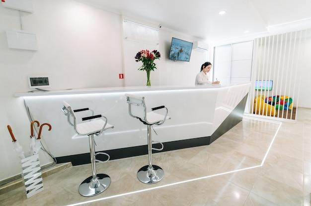 Área de recepção na clínica odontológica.