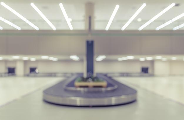 Área de reclamação de bagagem no aeroporto embaçada