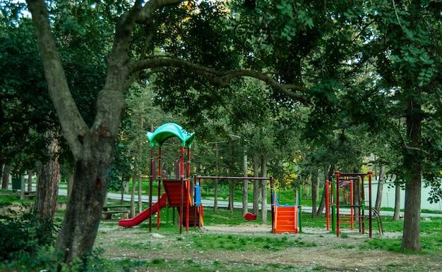 Área de recreação infantil no parque. estruturas de jogos esportivos feitas de ferro no quintal. belo playground seguro para as crianças na floresta.