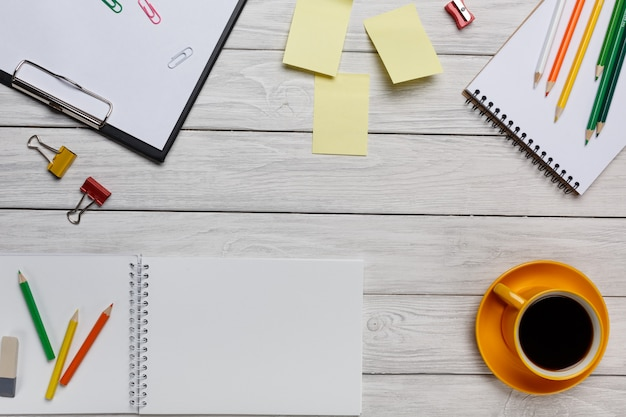 Área de trabalho branca amarela xícara de café adesivos adesivos notas e vista superior do teclado de bloco de notas