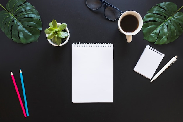 Área de trabalho com cadernos e canetas