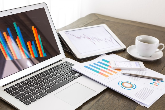 Área de trabalho com laptop e tablet