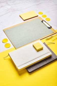 Área de trabalho com maquete de área de transferência e material de escritório. escritório em casa, planejando o conceito de definição de metas.