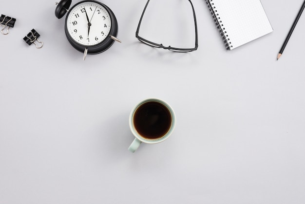 Área de trabalho com uma xícara de café e elementos de escritório