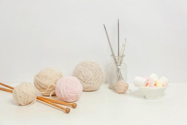 Área de trabalho criativa do clube de crochê e tricô de bordado
