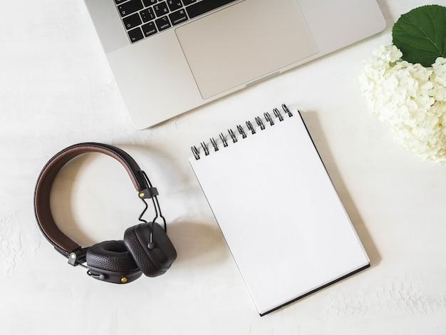 Área de trabalho da mesa do escritório doméstico com laptop