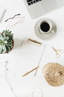Área de trabalho da mesa do escritório em casa com espaço de cópia em branco simulado para área de transferência, laptop, fones de ouvido, suculenta em branco