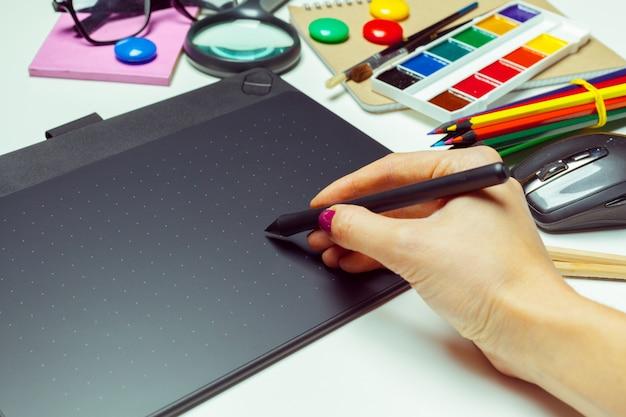 Área de trabalho de artista de conceito. mesa digitalizadora