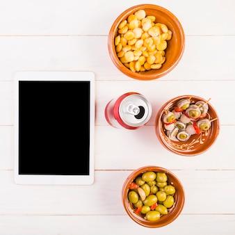 Área de trabalho de cozinha com lanches e tablet