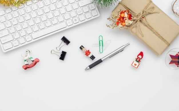 Área de trabalho de escritório com decoração de natal em fundo branco