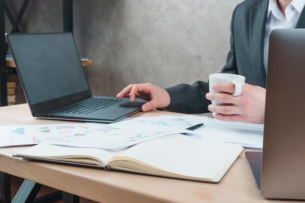 Área de trabalho de escritório com laptop e um notebook