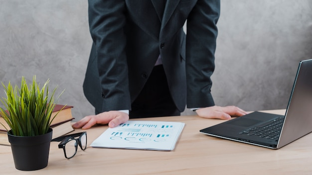 Área de trabalho de escritório com laptop e um óculos