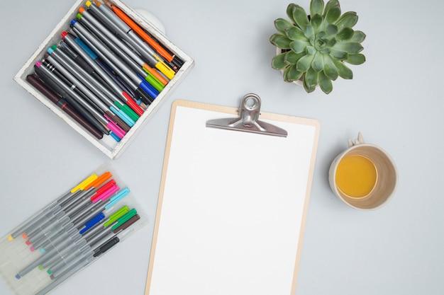 Área de trabalho de escritório com materiais de desenho