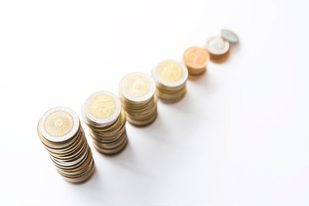 Área de trabalho de escritório com moedas empilhadas