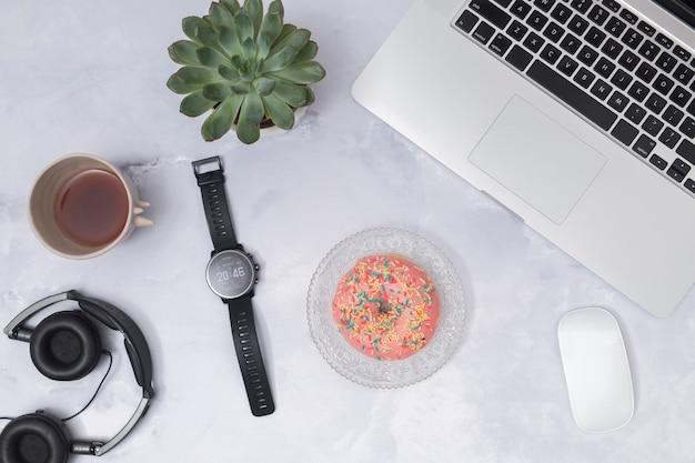 Área de trabalho de escritório com um laptop e outros elementos