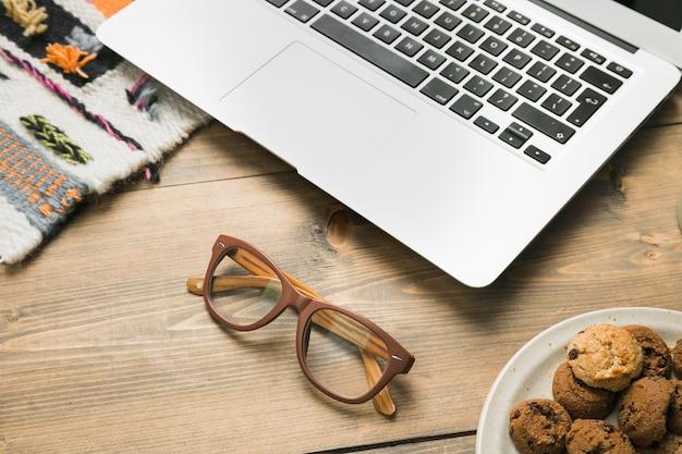 Área de trabalho de escritório com um laptop e um óculos