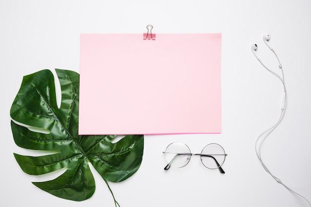 Área de trabalho de escritório com um óculos