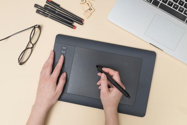 Área de trabalho de escritório com um tablet gráfico