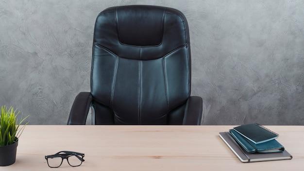 Área de trabalho de escritório com uma cadeira giratória