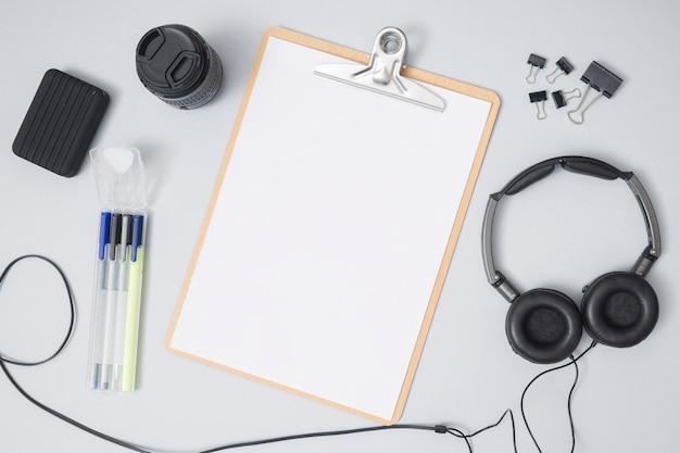 Área de trabalho de escritório com uma folha de papel