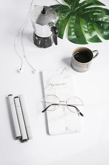 Área de trabalho de escritório com uma xícara de café