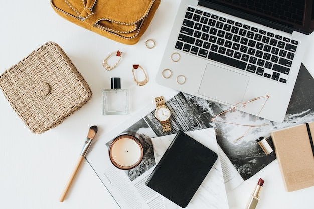 Área de trabalho de mesa de escritório em casa de estilo moderno feminino com laptop, acessórios em branco